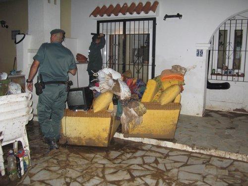 Dos agentes en el operativo de seguridad durante las riadas en Vera