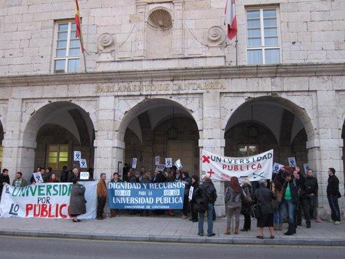 Protesta Trabajadores UC. Archivo