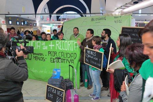 Interinos se manifiestan en el Aeropuerto contra la Junta