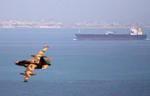 Avión De Combate Iraní Sobrevolando El Estrecho De Ormuz