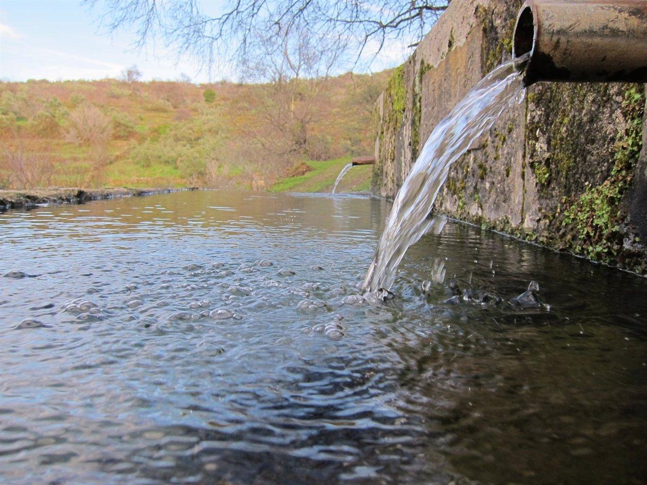 Agua. Caño. Pilar. Fuente.
