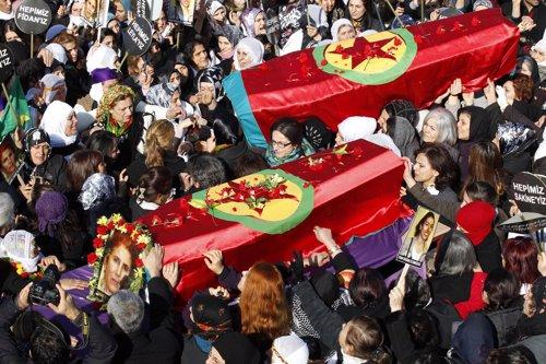 Masivo funeral por las tres víctimas kurdas asesinadas en París