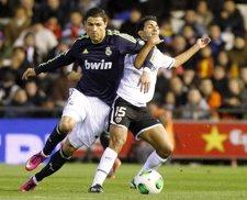 Cristiano Ronaldo disputa un balón ante el Valencia