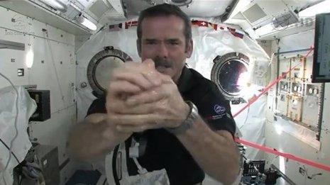 Cómo lavarse las manos en el Espacio