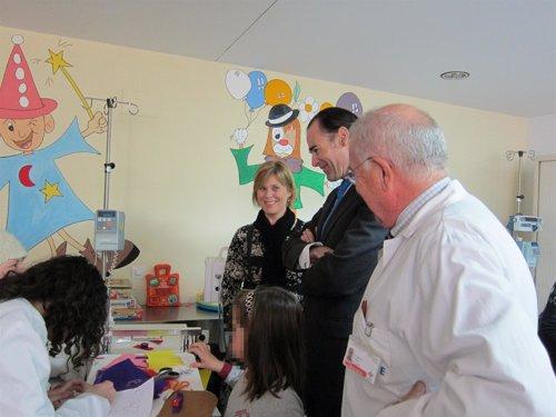 Llombart visita el Hospital de Día de Pediatría