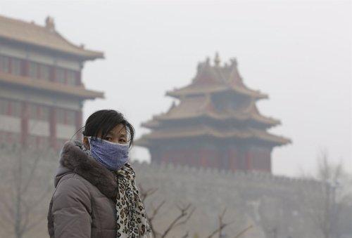 Mujer en China con contaminación aérea