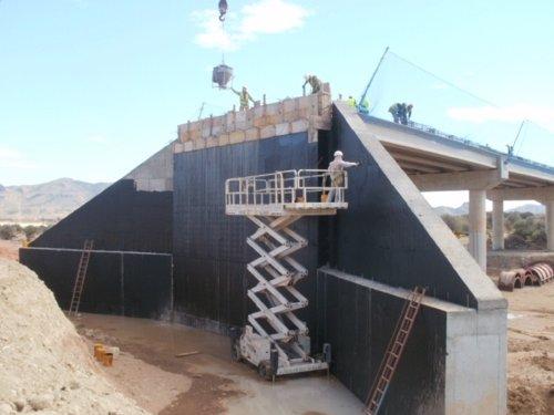 Obreros trabajando en la construcción del nuevo puente