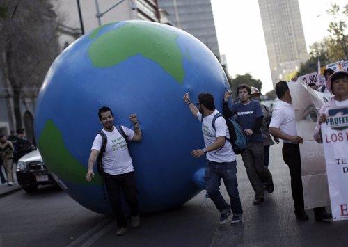 Activistas de Greenpeace celebran la Hora del planete