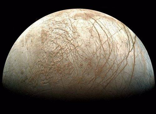 La luna Europa muestra formaciones de hielo presentes...