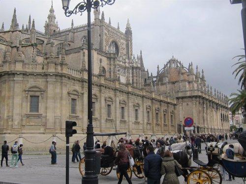 Turistas en Sevilla, Semana Santa, tiempo inestable, Catedral
