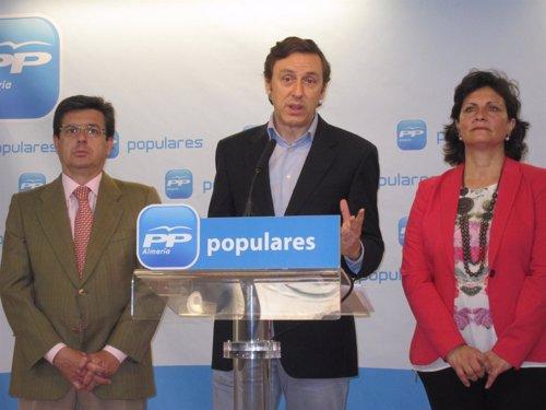 Hernando, en rueda de prensa junto a Matarí y Navarro
