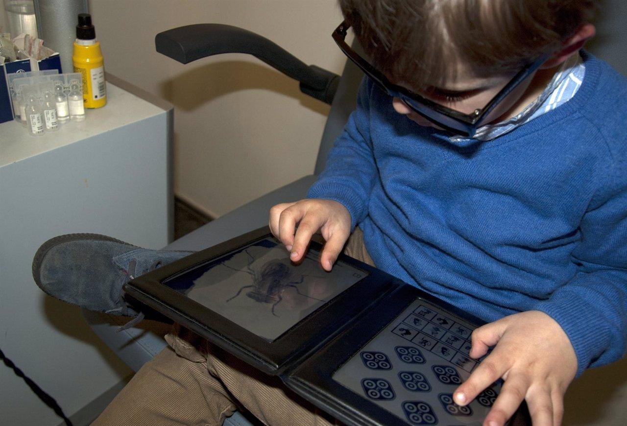 Niño realizando un Titmus test para explorar su visión en profundidad.