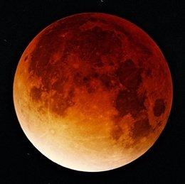 Foto: Un eclipse parcial de Luna, visible hoy desde España  (OLIVER STEIN/WIKIMEDIA COMMONS)