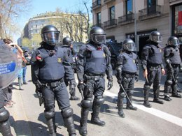 Mossos Antidisturbios Durante La Huelga En Barcelona