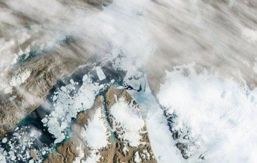 Iceberg se desprende de glaciar