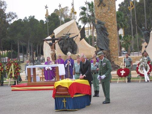 Morenés impone a uno de los féretros la cruz militar con distintivo amarillo