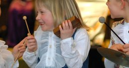 Niños cantando música instrumentos