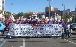 Manifestantes convocada por CC.OO en defensa del ferrocarril
