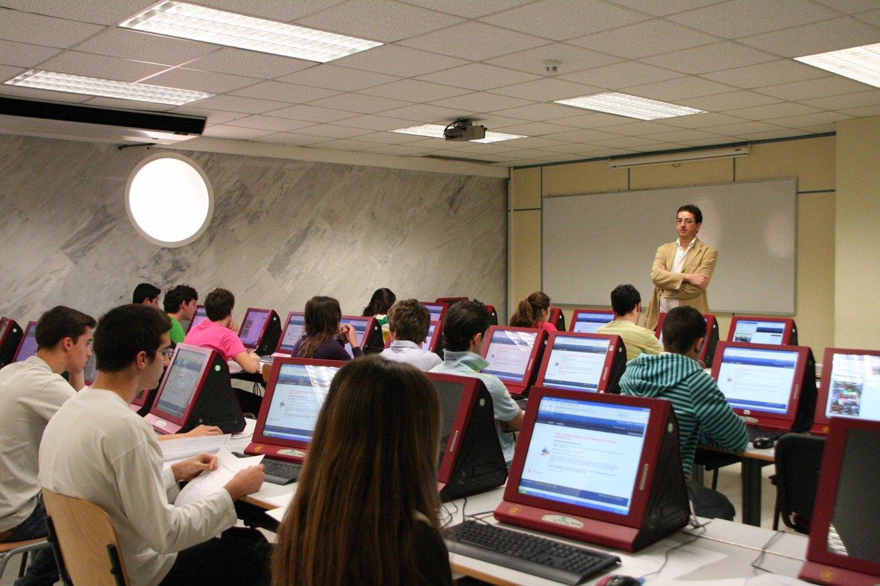 Aula De La Escuela De Informática De La US, Alumnos, Ordenadores, Aula, Clase
