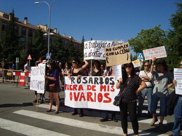 Manifestantes antes de la llegada de Escudero