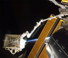 Montaje paneles en la Estación Espacial