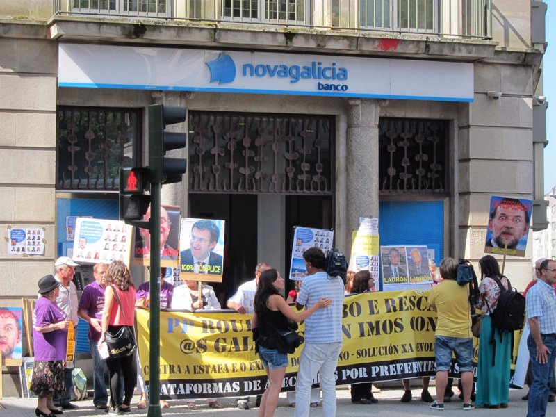 Afectados por preferentes de toda galicia retiran ahorros for Sucursales de galicia