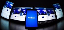 La pantalla de inicio del sitio web Facebook en una ilustración en Lavigny, Suiz
