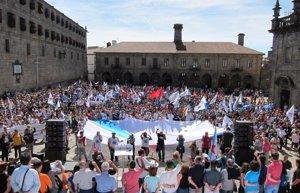 Una multitudinaria manifestación del BNG pide en Santiago la