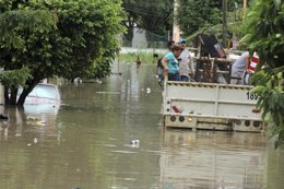En la imagen, personas afectadas por las inundaciones provocadas por el huracán