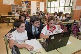 Iribas visita un aula del colegio público San Juan de la Cadena.