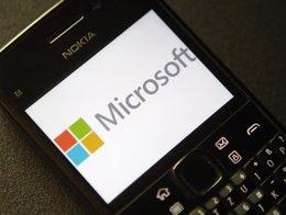 Imagen de un logo de Microsoft en la pantalla de un teléfono Nokia. Archivo. REU