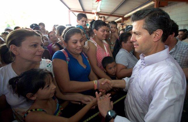 El presidente mexicano, Enrique Peña Nieto, con los damnificados por el temporal