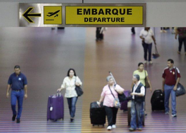 Un grupo de pasajeros en el aeropuerto Simón Bolívar en La Guaira, Venezuela, se