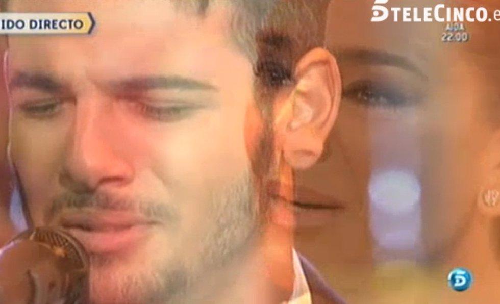 Manuel Cortés canta por primera vez en tv acompañado de su madre Raquel Bollo