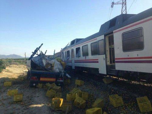 Colisionan un tren de Cercanías y un camión en un paso a nivel en Pulpí (Almería). Hay 15 heridos