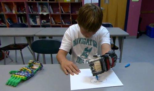 YouTube niño mano prostética impresora 3D