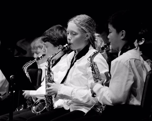 Niños tocando instrumentos de música