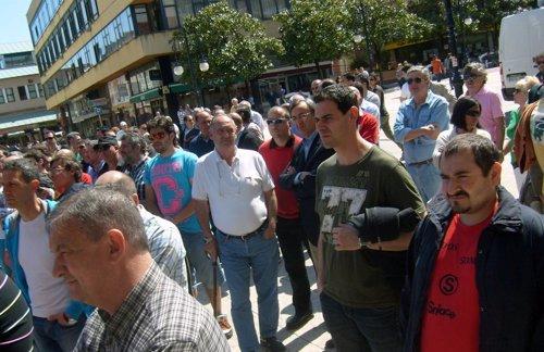Trabajadores de Sniace frente al Ayuntamiento de torrelavega