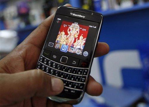 Imagen de archivo de una persona con un teléfono BlackBerry en Ahmedabad, India