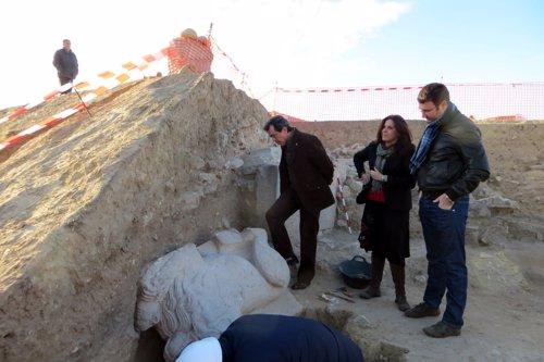 Fernández, Férriz y Campos observan la escultura de un león hallada en Cástulo.