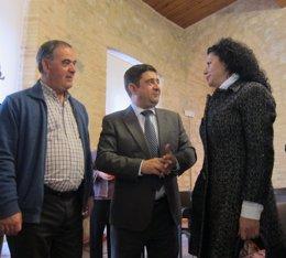 Vallejo, Reyes e Izquierdo antes de la firma para la adquisición del legado.