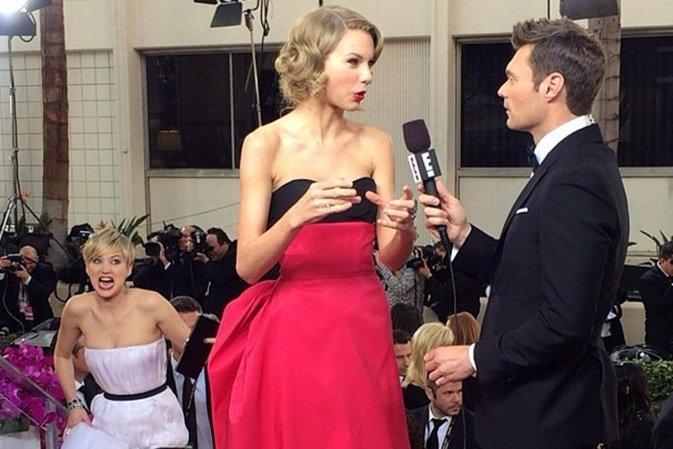 Jennifer Lawrence poniendo muecas detrás de Taylor Swift en los Globos de Oro