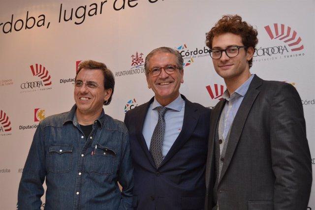 Pineda (en el centro) con representantes de 'El tiempo entre costuras'