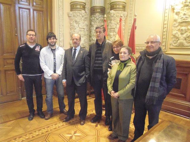El alcalde y Domi Fernández junto a cinco de los nuevos padrinos