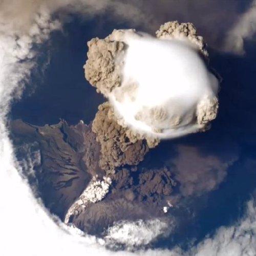 Espectaculares imágenes de un volcán en erupción visto desde el espacio