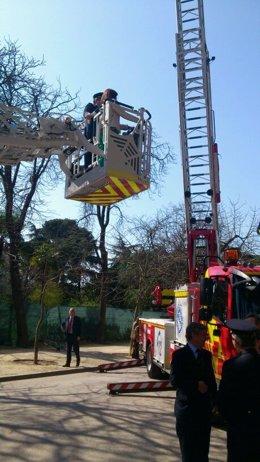 Coche de bomberos con Ana Botella