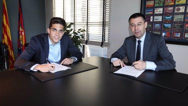 Marc Bartra y Josep Maria Bartomeu en la firma del contrato del central