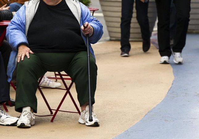 Mujer con sobrepeso . Obesidad