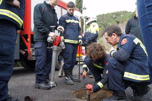 Bomberos de Barcelona y Guardia Urbana revisando un hidrante en Collserola