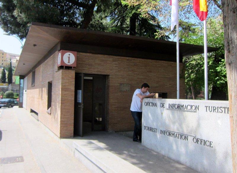 la oficina de turismo de bisagra arranca con medio millar